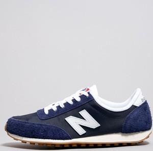 Granatowe buty sportowe New Balance z płaską podeszwą w sportowym stylu