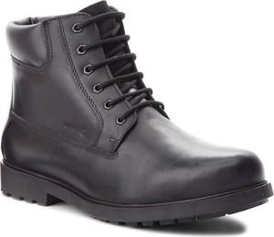 Czarne buty zimowe Geox sznurowane ze skóry ekologicznej w militarnym stylu