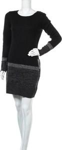 Czarna sukienka BCX z długim rękawem z okrągłym dekoltem