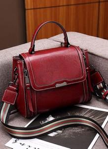 Czerwona torebka Cikelly do ręki w stylu retro