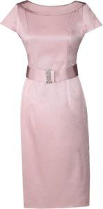 Różowa sukienka Fokus dopasowana z krótkim rękawem z okrągłym dekoltem
