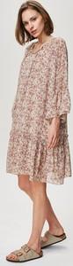 Różowa sukienka FEMESTAGE Eva Minge z okrągłym dekoltem