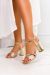 Złote sandały Casu