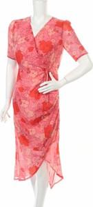 Różowa sukienka Miss Look z dekoltem w kształcie litery v