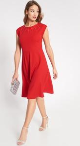 Czerwona sukienka QUIOSQUE z krótkim rękawem rozkloszowana