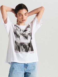 T-shirt Cropp z okrągłym dekoltem w młodzieżowym stylu z nadrukiem