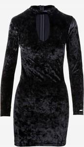 Czarna sukienka Mohito z długim rękawem dopasowana mini