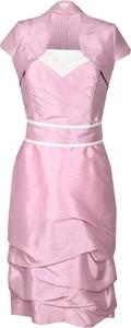 Różowa sukienka Fokus z krótkim rękawem dopasowana
