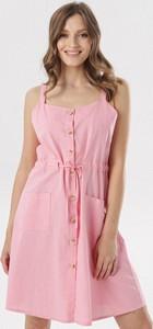 Różowa sukienka born2be na ramiączkach