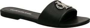 Czarne klapki Calvin Klein w stylu casual z płaską podeszwą ze skóry