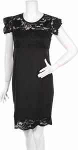 Czarna sukienka Foggy prosta mini z krótkim rękawem