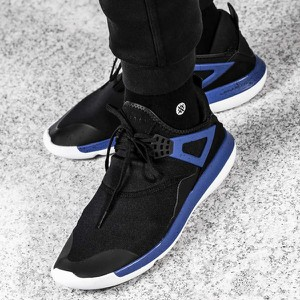 Czarne buty sportowe Nike sznurowane w sportowym stylu