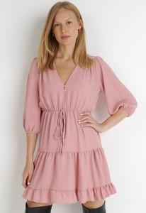 Różowa sukienka born2be w stylu casual