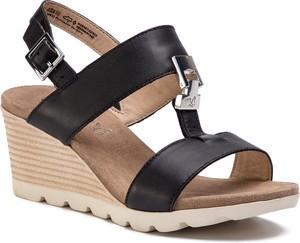 Sandały Caprice w stylu casual z klamrami na koturnie