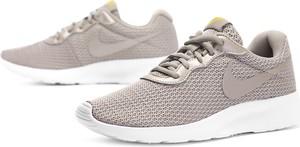 Buty sportowe Nike w sportowym stylu z płaską podeszwą