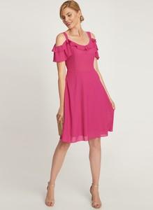 Różowa sukienka QUIOSQUE z odkrytymi ramionami z krótkim rękawem