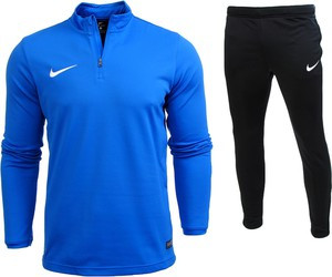 Niebieski dres nike w street stylu