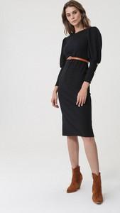 Czarna sukienka born2be z długim rękawem dopasowana z okrągłym dekoltem