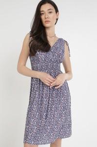 Sukienka born2be trapezowa mini z dekoltem w kształcie litery v