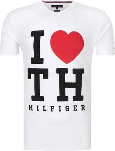T-shirt Tommy Hilfiger w młodzieżowym stylu z nadrukiem