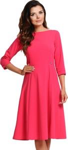 Różowa sukienka Awama z okrągłym dekoltem