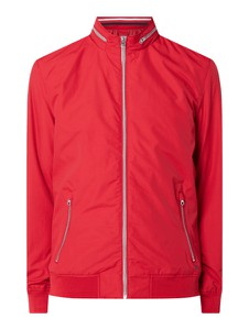 Czerwona kurtka McNeal w młodzieżowym stylu