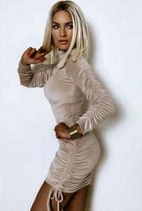 Sukienka Yasmin Boutique dopasowana z długim rękawem z golfem