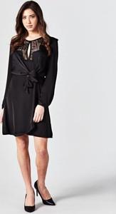 Sukienka Guess z tkaniny z długim rękawem