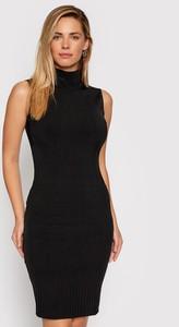 Sukienka Guess by Marciano dopasowana bez rękawów z golfem