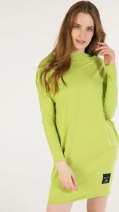Zielona sukienka Unisono z golfem z bawełny w stylu casual