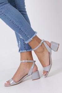 Sandały Casu z klamrami w stylu glamour