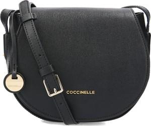 Granatowa torebka Coccinelle ze skóry na ramię z breloczkiem