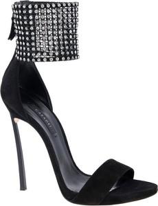 Czarne sandały Casadei na wysokim obcasie w stylu glamour na zamek