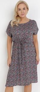 Granatowa sukienka born2be z okrągłym dekoltem