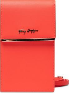 Czerwona torebka Tommy Hilfiger w młodzieżowym stylu