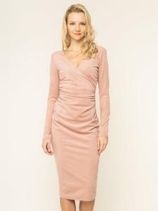Różowa sukienka Guess midi z długim rękawem
