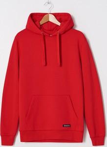 Czerwona bluza House w młodzieżowym stylu
