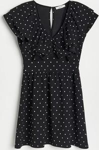 Czarna sukienka Reserved w stylu casual z dekoltem w kształcie litery v trapezowa