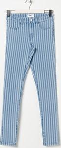 Niebieskie jeansy Sinsay w street stylu