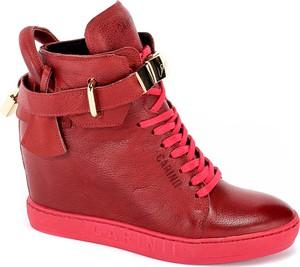 Sneakersy Carinii ze skóry w młodzieżowym stylu sznurowane