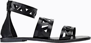 Czarne sandały Gate z płaską podeszwą w stylu casual