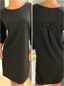 Czarna sukienka ModnaKiecka.pl z okrągłym dekoltem z długim rękawem prosta