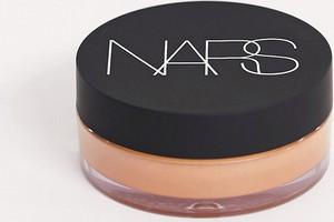 NARS – Sypki puder rozświetlający i utrwalający makijaż – Sunstone-Brak koloru