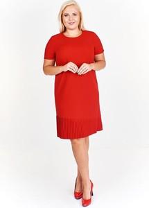 Czerwona sukienka Fokus midi z krótkim rękawem z okrągłym dekoltem