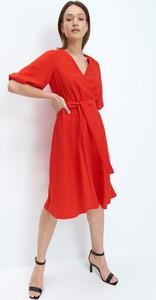 Czerwona sukienka Mohito z długim rękawem midi