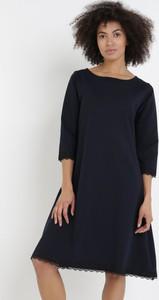 Granatowa sukienka born2be mini z długim rękawem z okrągłym dekoltem