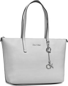 Torebka Calvin Klein na ramię matowa w wakacyjnym stylu