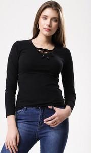 Czarna bluzka born2be ze sznurowanym dekoltem z długim rękawem