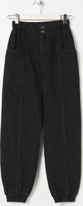 Czarne spodnie Sinsay w street stylu