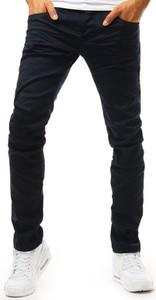Granatowe jeansy Dstreet w street stylu
